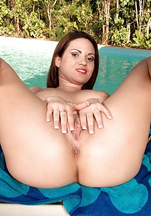 Big Booty in Pool Pics