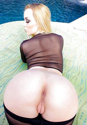 Spreading Booty Pics